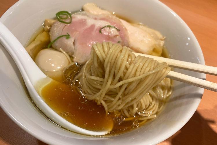 池袋『らぁ麺 はやし田』の「特製醤油」をいただく。感想はすごくおいしい上品ラーメン