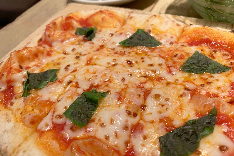 APIZZA ピッツァとサラダを食べるランチ!