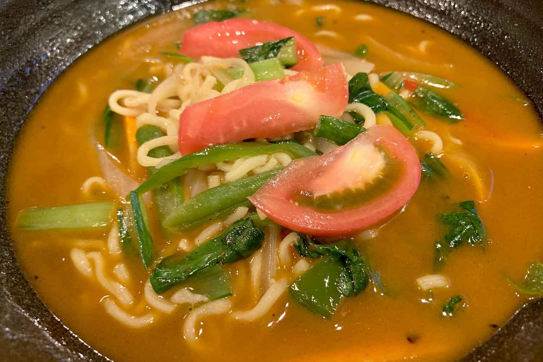 多国籍料理屋『ヒマラヤン サグーン』のネパール式カレーヌードル「ベジタブルトゥクパ」をいただく